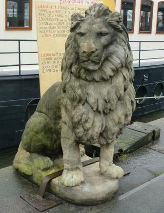 valse leeuw Amsterdam Veemkade (foto Henk Dijkman) voor web